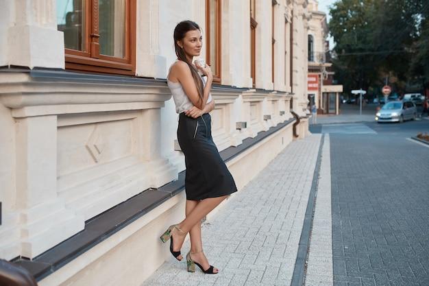 Модная красотка гуляет по улицам старого города Бесплатные Фотографии