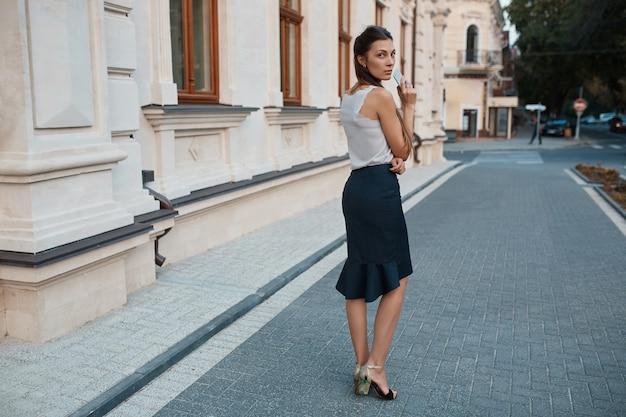 旧市街の通りを歩いてファッションプリティウーマン 無料写真