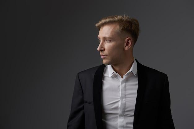 ハンサムな金髪の若い男のポーズ 無料写真