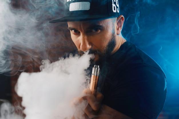 電子タバコを吸う男 無料写真