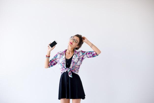 ヘッドフォンとメガネの音楽を聴くと踊りの女性 無料写真