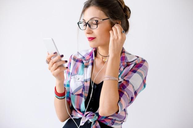 音楽を楽しむメガネで美しい女性 無料写真