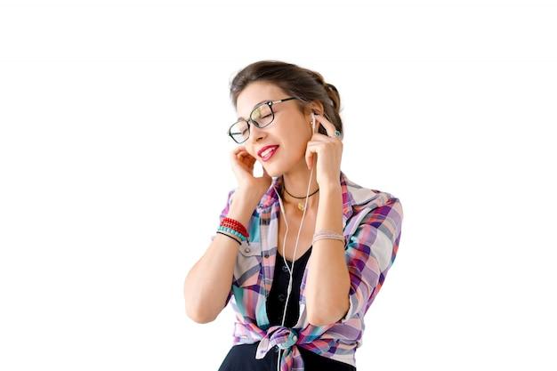 ヘッドフォンで音楽を聴く女性 無料写真