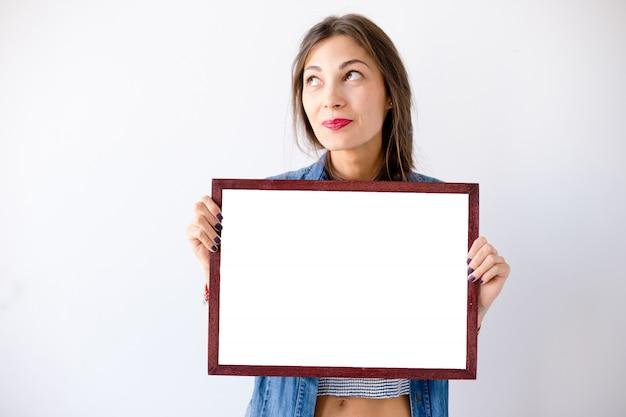 Макро мечтает девушка с пустой белый плакат или плакат Бесплатные Фотографии
