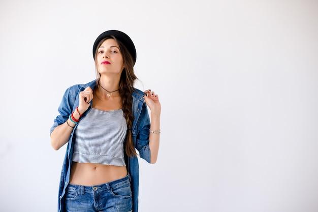 笑顔の歯を示す若い女性の帽子 無料写真