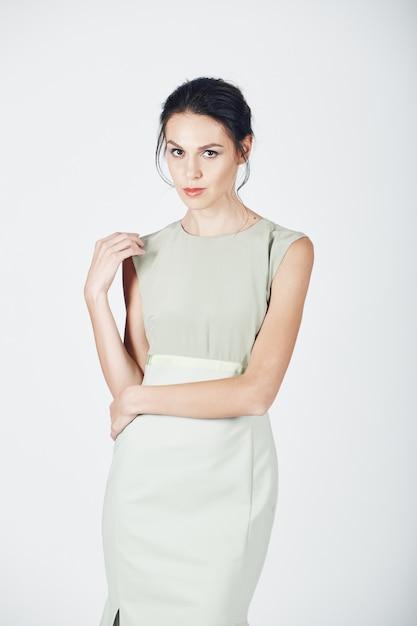 明るいドレスの若い壮大な女性のファッション写真 無料写真
