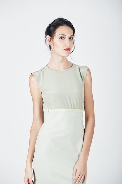 Мода фото молодой пышной женщины в ярком платье Бесплатные Фотографии