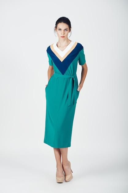 緑のドレスの若い壮大な女性のファッション写真 無料写真
