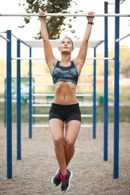 屋外トレーニングの女性 無料写真