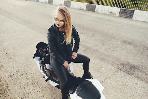 オートバイの革の服のバイク少女 無料写真