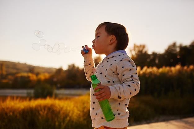 シャボン玉で遊ぶ少年 無料写真