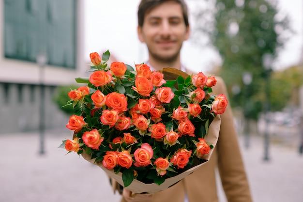 Концепция доставки цветов. фокус на букет цветов Бесплатные Фотографии