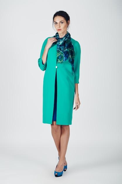 Мода фото молодой пышной женщины в бирюзовом платье Бесплатные Фотографии