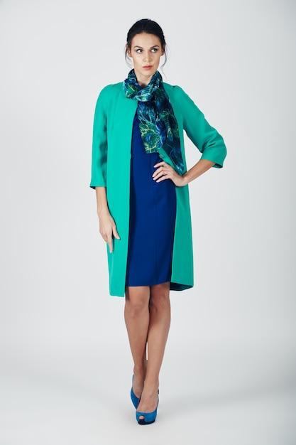 ターコイズブルーのドレスの若い壮大な女性のファッション写真 無料写真