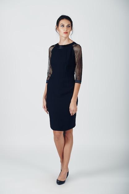 Фасонируйте фото молодой пышной женщины в черном платье Бесплатные Фотографии