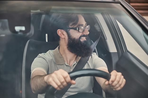 安全ベルトを締めた幸せなドライバー 無料写真
