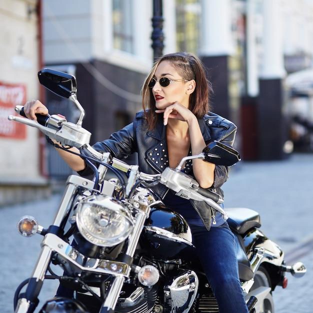 オートバイの革のジャケットのバイク少女 無料写真