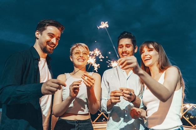 Друзья наслаждаются вечеринкой на крыше Бесплатные Фотографии