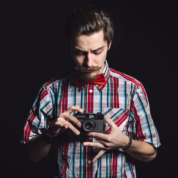 Портрет веселого фотографа в студии Бесплатные Фотографии