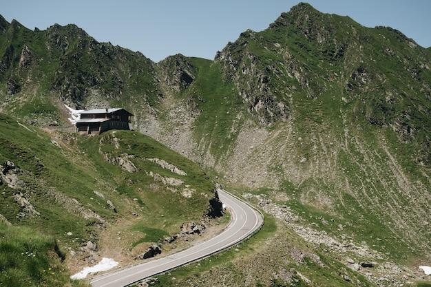 Живописный вид на извилистую трансфагаринскую горную дорогу в трансильванских альпах Бесплатные Фотографии