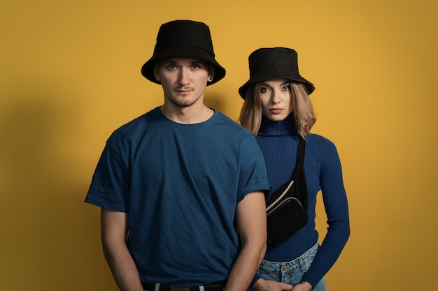 黄色の肖像若いカップル 無料写真