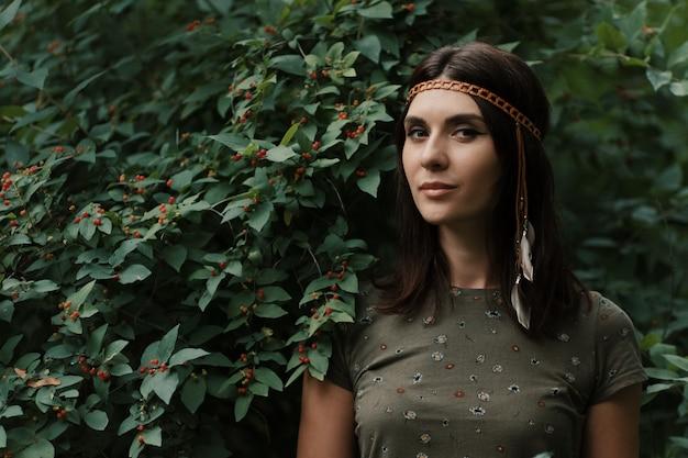 Портрет красивой молодой женщины хиппи Бесплатные Фотографии