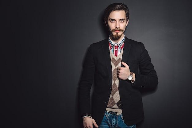 エレガントな若者のファッションの男性の写真 無料写真