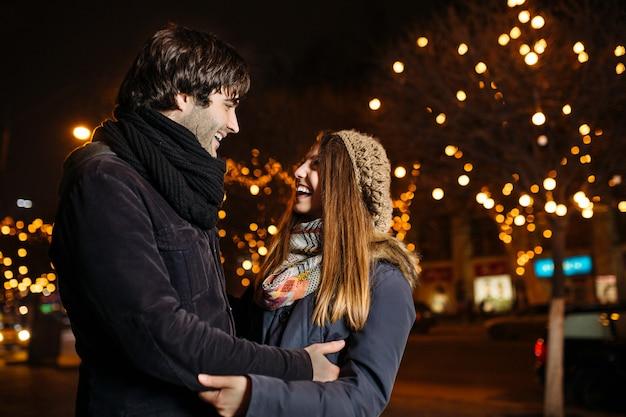 屋外の愛の若いカップル 無料写真