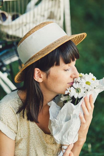 Молодая женщина на фоне природы с велосипедом Бесплатные Фотографии