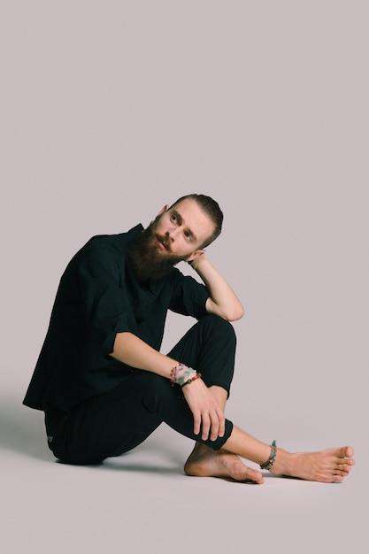流行に敏感なスタイルのひげを生やした男 無料写真