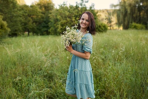 屋外のロマンチックな女性の美しさ 無料写真