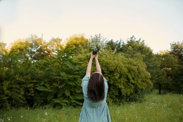 Красота романтической женщины на открытом воздухе Бесплатные Фотографии