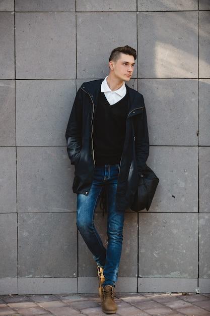 屋外でポーズファッション流行に敏感な男性モデル 無料写真