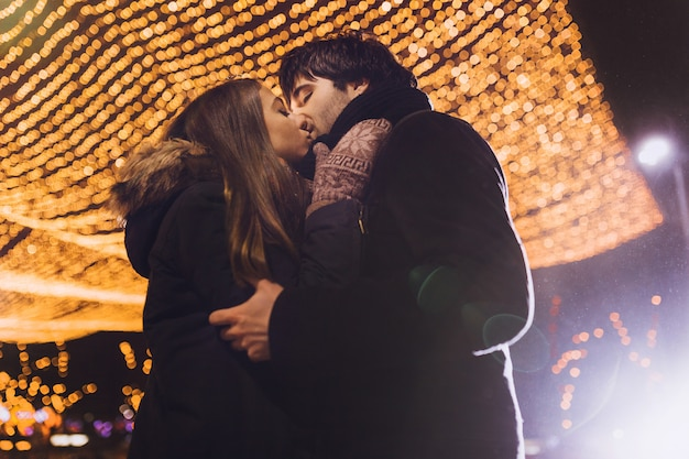 Молодая пара в любви на открытом воздухе Бесплатные Фотографии