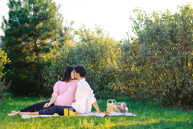 自然に健康的なピクニックを持っている幸せなカップル 無料写真