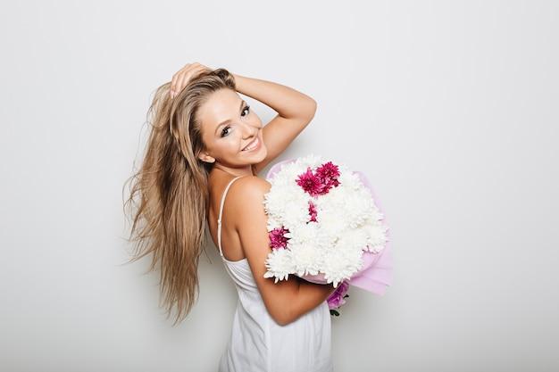 花の束を保持している美しい女性 無料写真