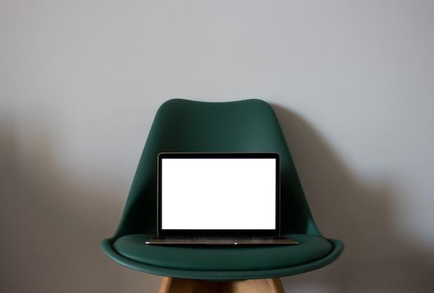 椅子の上にブランクスクリーンのラップトップ 無料写真