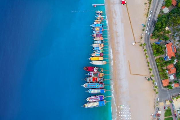 地中海のカラフルなボートの空撮 Premium写真