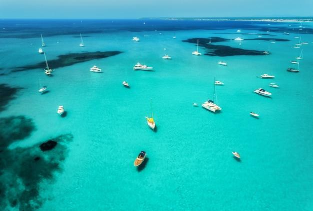 晴れた日にボート、豪華ヨット、透明な海の空撮 Premium写真