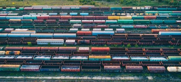カラフルな貨物列車の空撮 Premium写真