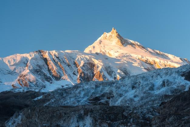 ネパールのカラフルな日の出で雪に覆われた山の美しい景色 Premium写真