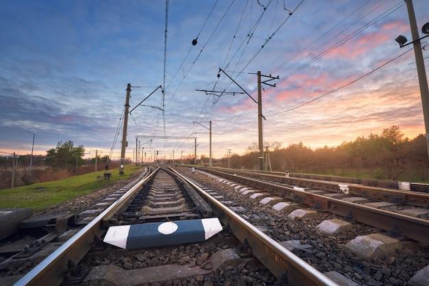 夕焼けの美しい空を背景に鉄道駅 Premium写真