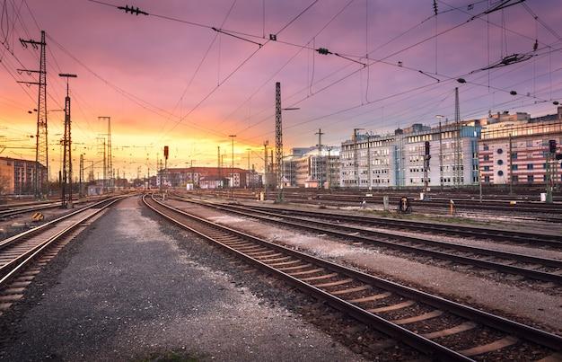 産業景観。ドイツのニュルンベルクの鉄道駅。日没時の鉄道 Premium写真