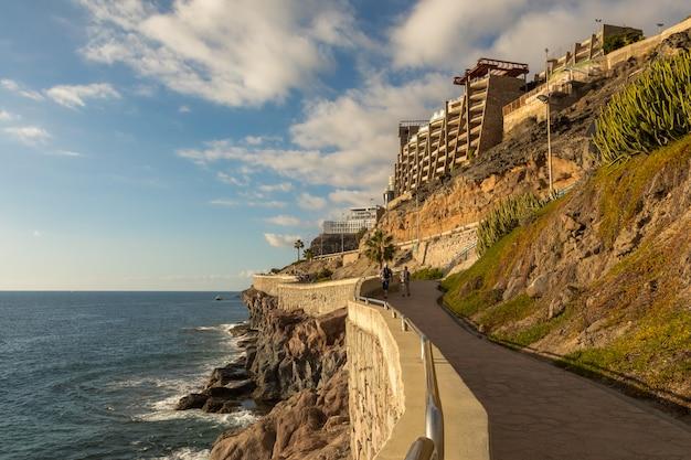 Прибрежная набережная от пуэрто-рико до амадорес, гран-канария, канарские острова, испания Premium Фотографии