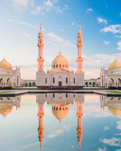 水の反射と白いモスク Premium写真