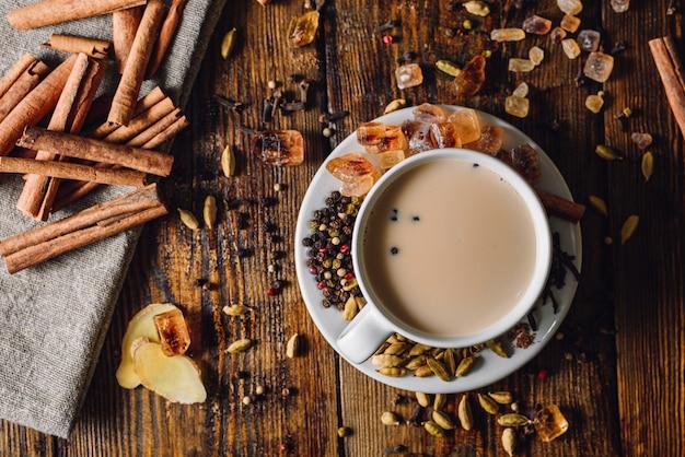 Чашка чая масала со специями Premium Фотографии