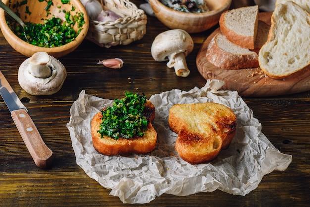 イタリアのハーブミックスと焼きスライスのブルスケッタ Premium写真