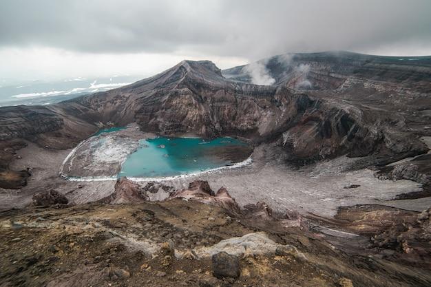 活火山の噴火口、ムトノフスキー火山、カムチャッカ半島 Premium写真