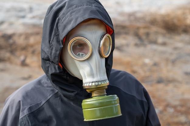 環境災害。ガスマスクの終末論的な生存者 Premium写真