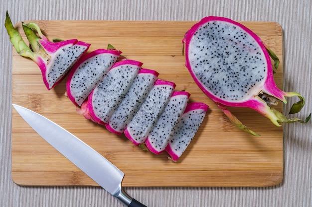 新鮮な熟したピタヤまたはドラゴンフルーツ Premium写真